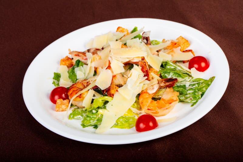 Salade de César avec la crevette rose photo libre de droits