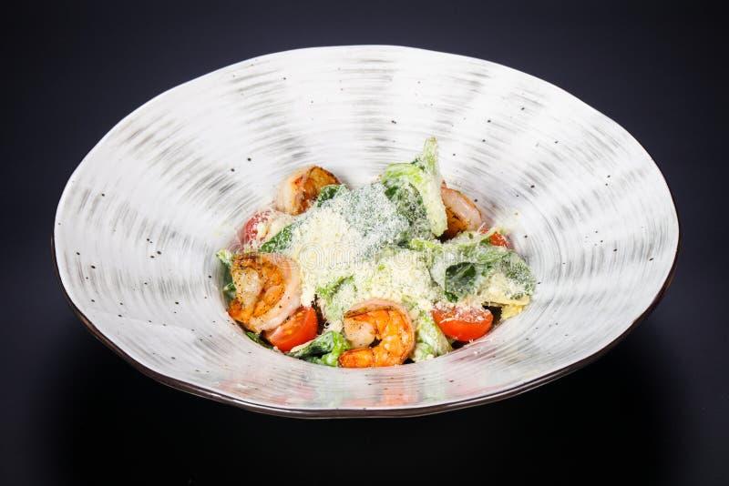 Salade de César avec la crevette rose de tigre images stock