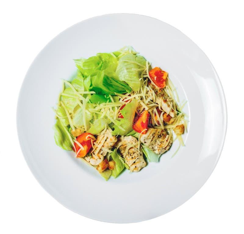 Salade de César avec de la laitue romaine, les tomates, le poulet grillé, les croûtons et le fromage d'un plat photos libres de droits