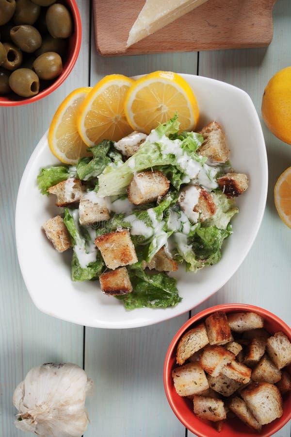 Salade de César avec le citron photo stock