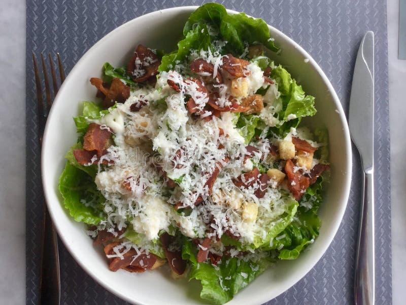 Salade de César avec le lard gourmet Plat frais de salade Vue supérieure photographie stock libre de droits