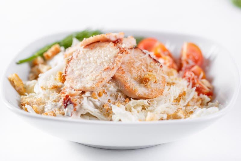 Salade de César avec le poulet Comporte la feuille et les croûtons de salade 'Iceberg' préparés avec le parmesan Lumière blanche image libre de droits
