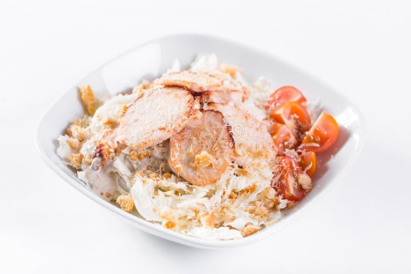 Salade de César avec le poulet Comporte la feuille et les croûtons de salade 'Iceberg' préparés avec le parmesan Lumière blanche photographie stock