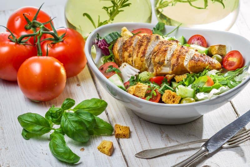 Salade de César avec le poulet et les ingrédients frais photos stock
