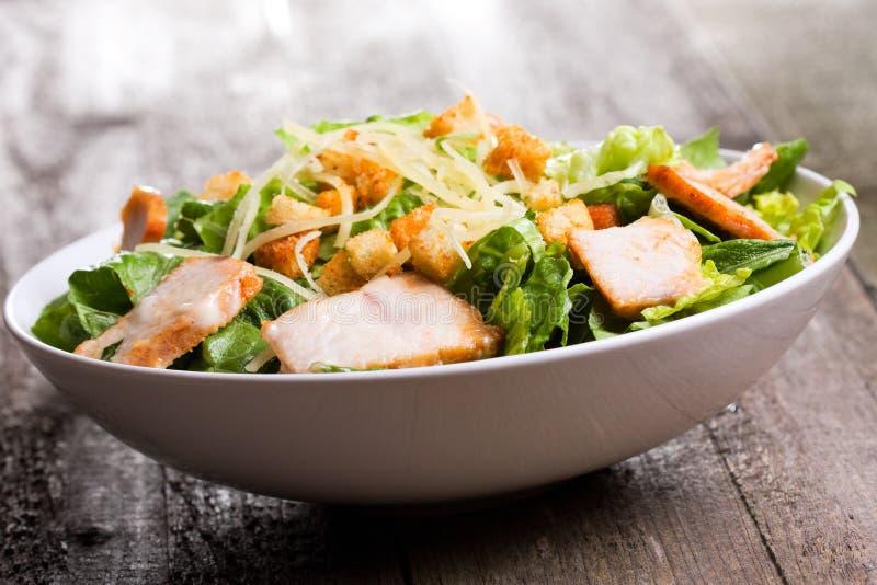 Salade de César avec le poulet et les verts photos libres de droits