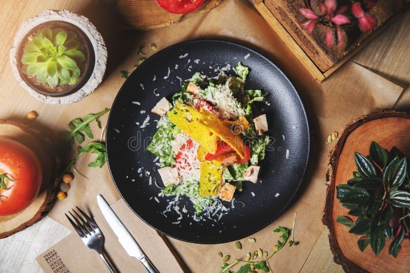 Salade de César avec le poulet Vue supérieure photographie stock libre de droits