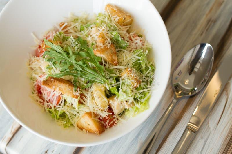 Salade de César avec le souce sur une table photographie stock