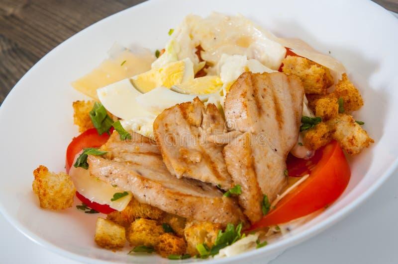 Salade de César avec les croûtons, le fromage, les oeufs, les tomates et le poulet grillé image stock