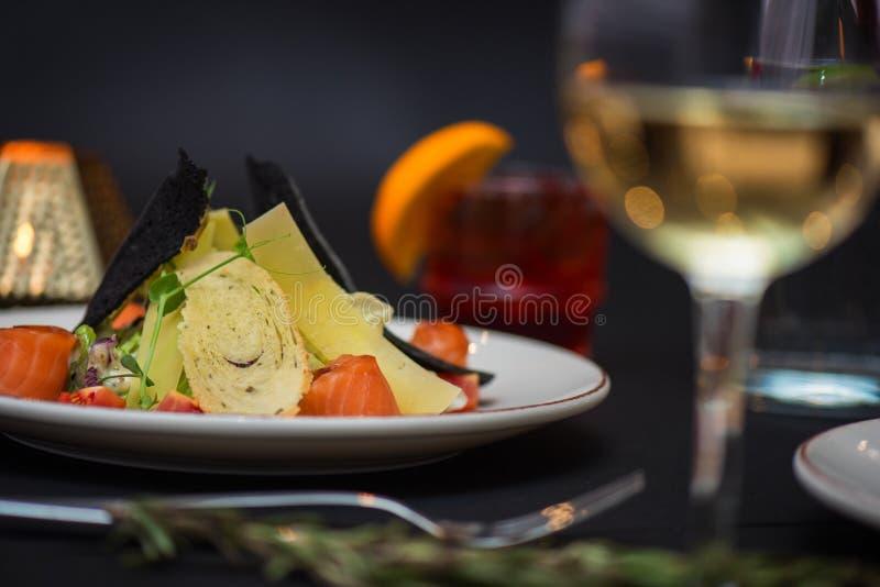 Salade de César avec les poissons saumonés photo stock