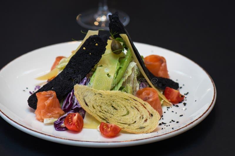 Salade de César avec les poissons saumonés image stock