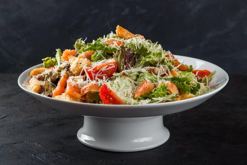 Salade de César avec les poissons, les saumons, les tomates-cerises, le fromage et le parmesan salés images libres de droits
