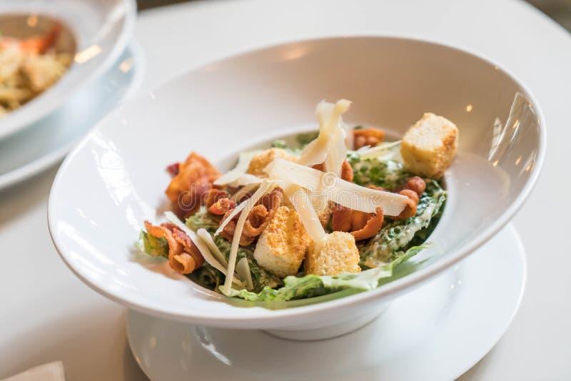 Salade de César dans la cuvette photographie stock