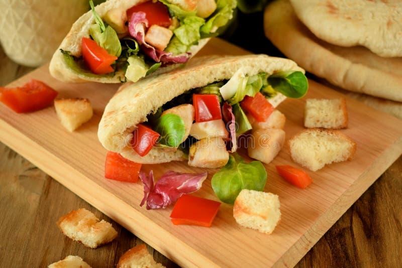 Salade de César dans le pain pita photo stock