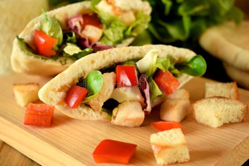 Salade de César dans le pain pita photo libre de droits