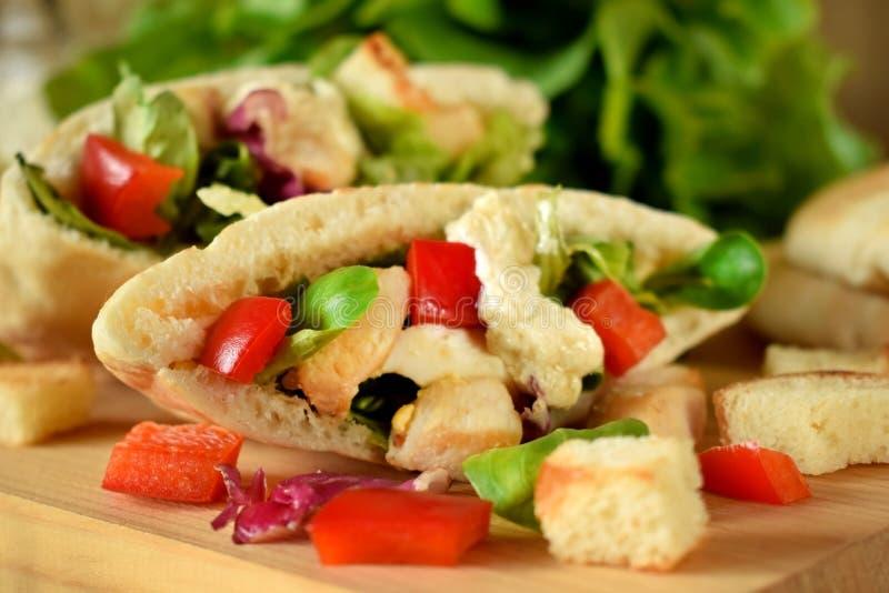 Salade de César dans le pain pita photographie stock libre de droits