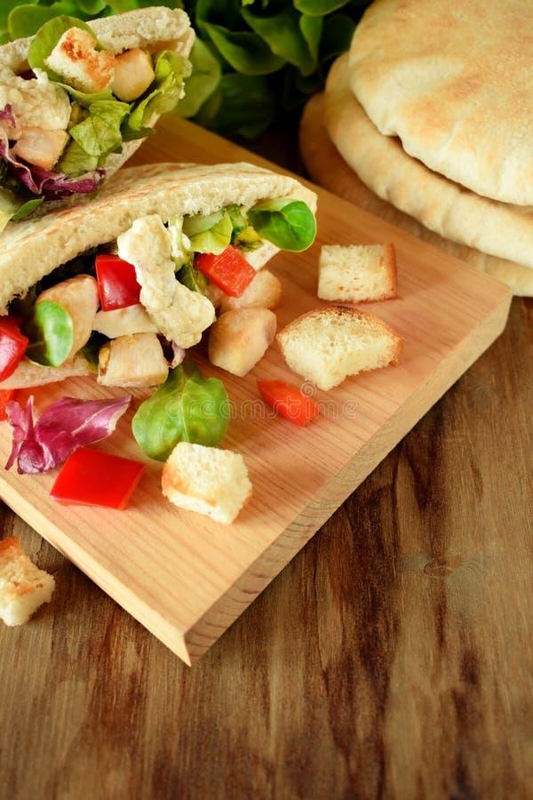 Salade de César dans le pain pita photos libres de droits
