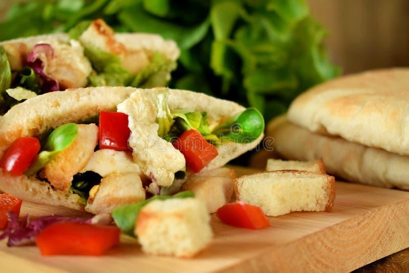 Salade de César dans le pain pita image stock