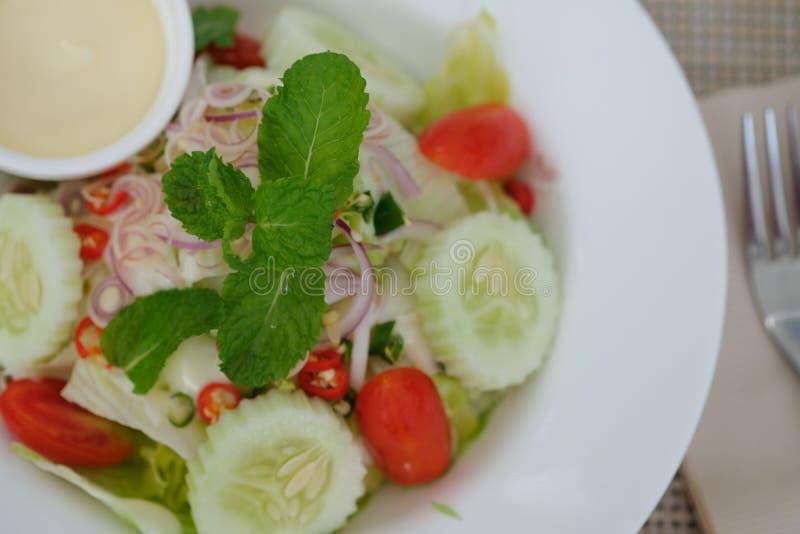 Salade de César dedans avec le plat photographie stock