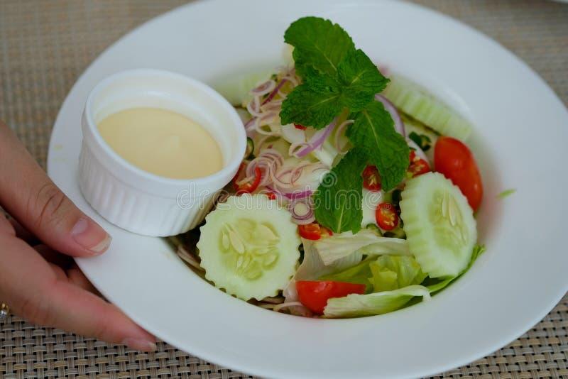 Salade de César dedans avec le plat photo libre de droits