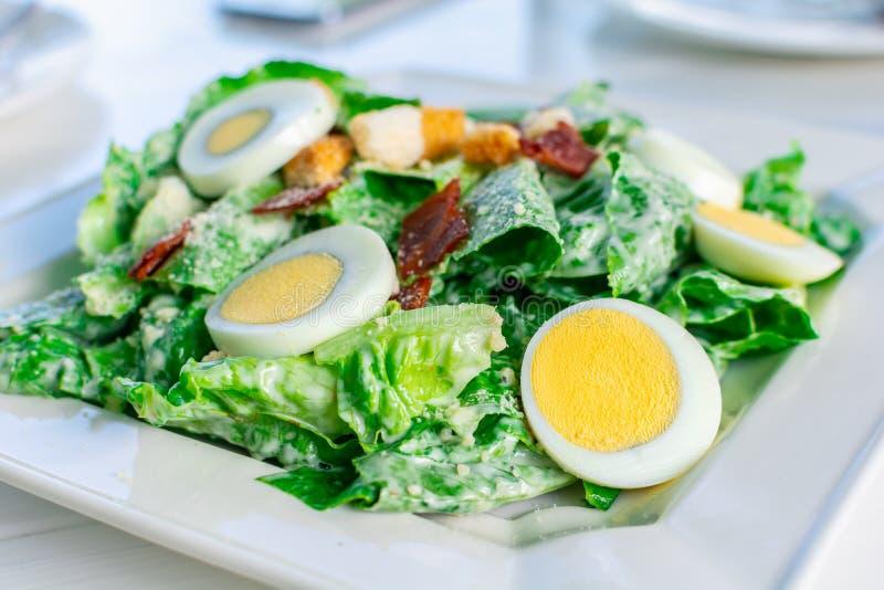 Salade de César fraîche avec la nourriture propre et saine coupée en tranches d'oeuf à la coque images libres de droits