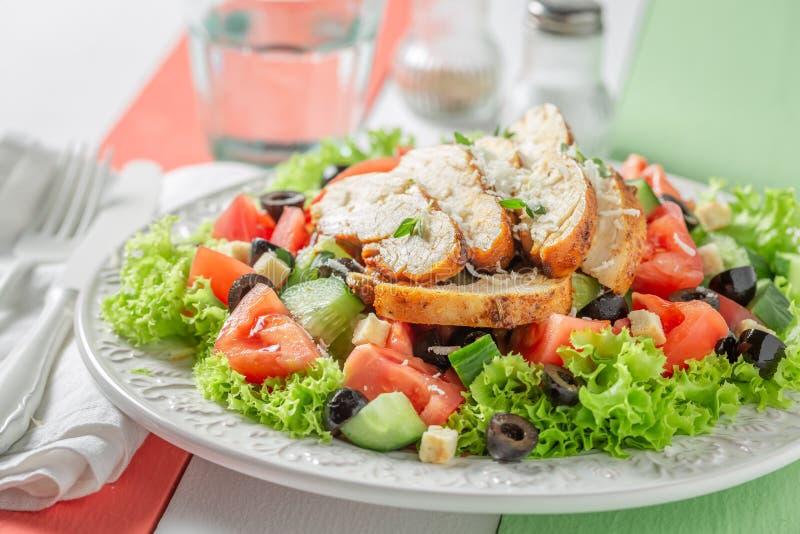 Salade de César fraîche avec le concombre, les tomates et le poulet photo libre de droits