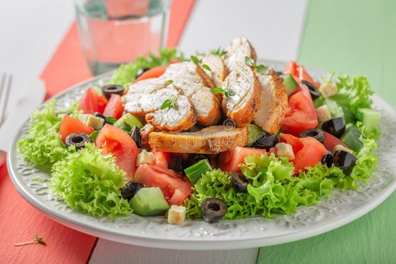 Salade de César fraîche avec le poulet, les tomates et la laitue photographie stock