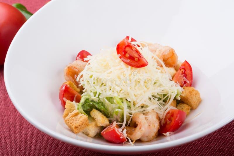 Salade de César de fruits de mer avec les crevettes grillées photo stock