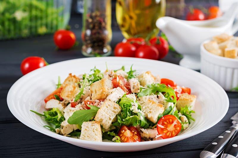 Salade de César grillée saine de poulet avec les tomates, le fromage et les croûtons image stock