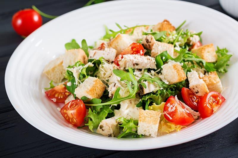 Salade de César grillée saine de poulet avec les tomates, le fromage et les croûtons photos libres de droits