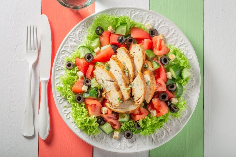 Salade de César saine avec le concombre, les tomates et le poulet photo stock