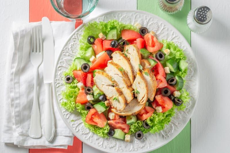 Salade de César saine avec le poulet, les tomates et la laitue images libres de droits