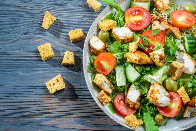 Salade de César saine faite en légumes frais et poulet photos libres de droits