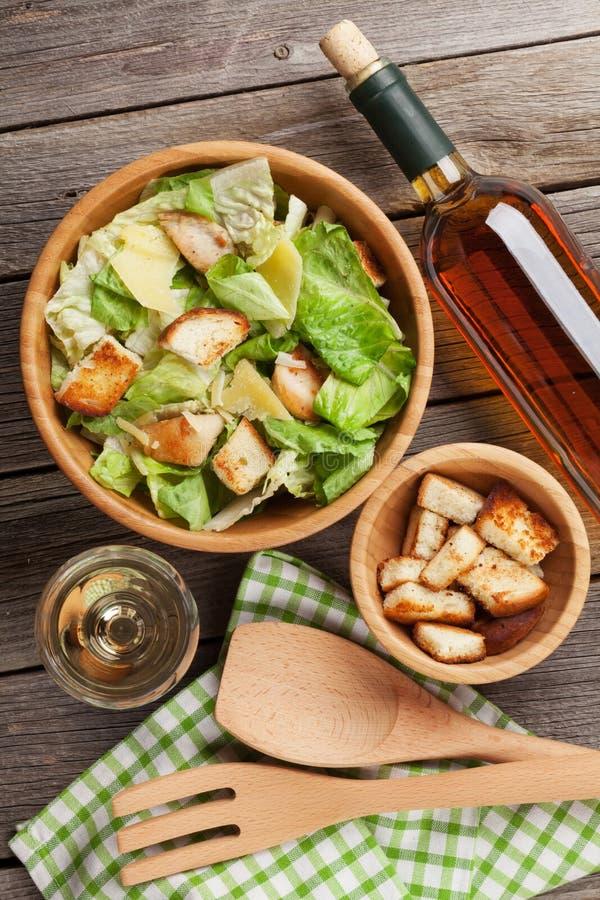 Salade de César saine fraîche et vin blanc photographie stock libre de droits