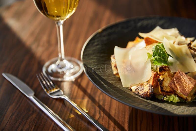 Salade de César savoureuse aux tranches de Parmesan image libre de droits