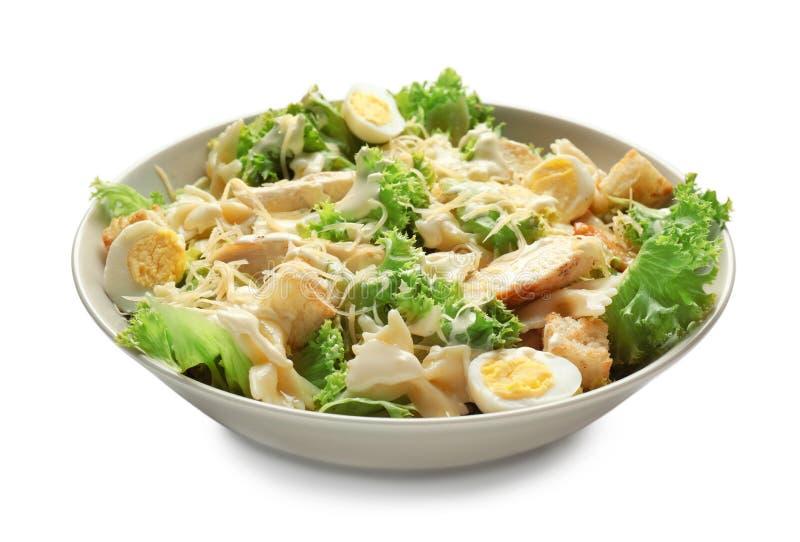 Salade de César savoureuse avec des pâtes dans la cuvette sur le fond blanc photos libres de droits