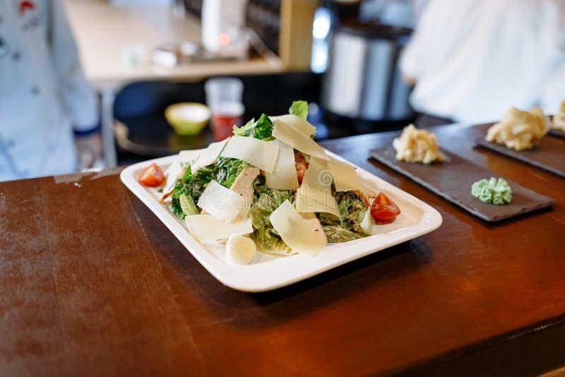 Salade de C?sar sans poulet, table en bois de l'ARO de salade brut photo stock