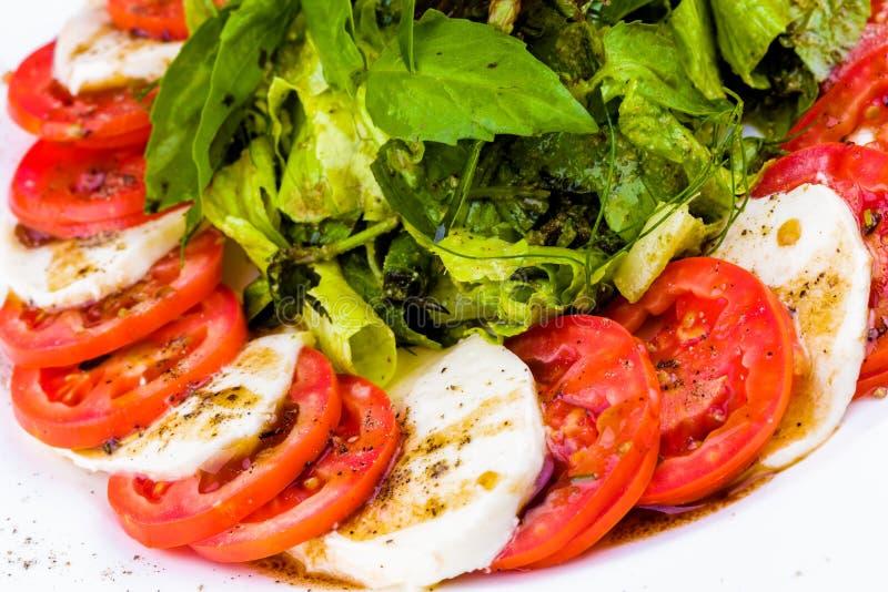 Salade de Caprese avec des épices et des herbes photographie stock