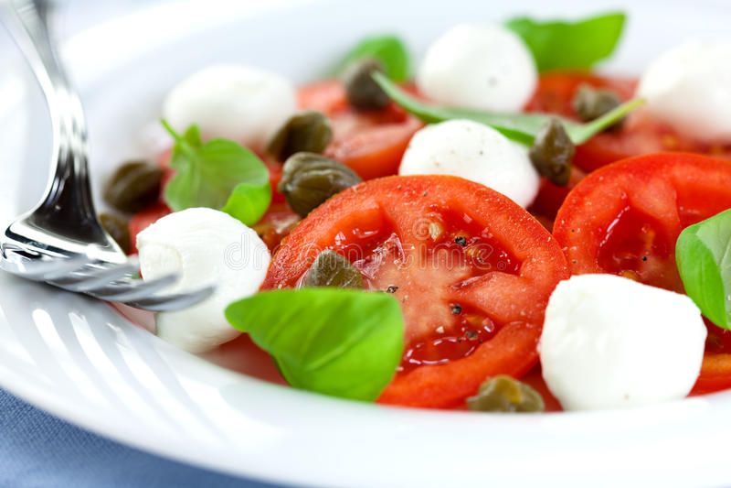 Salade de Caprese avec des câpres images stock