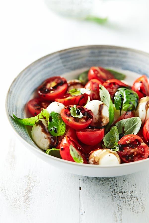 Salade de Caprese avec du vinaigre balsamique images stock