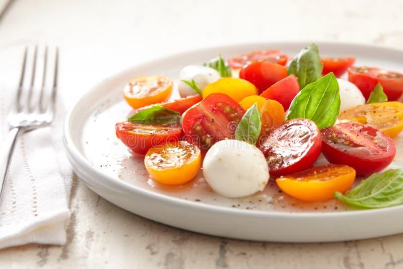 Salade de Caprese de la plaque blanche photo libre de droits