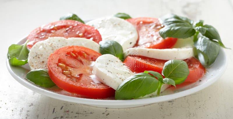 Salade de Caprese de la plaque blanche photos libres de droits