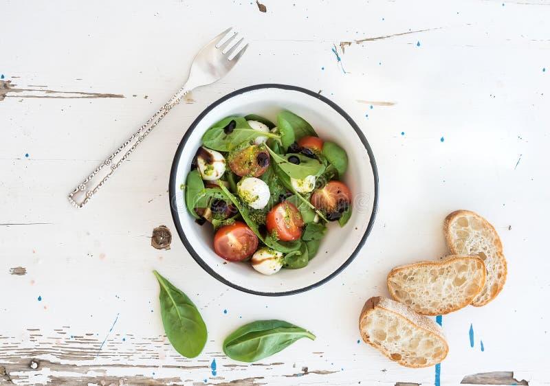 Salade de Caprese, tranches de chiabatta Cerise-tomates, épinards de bébé et mozzarella photos stock