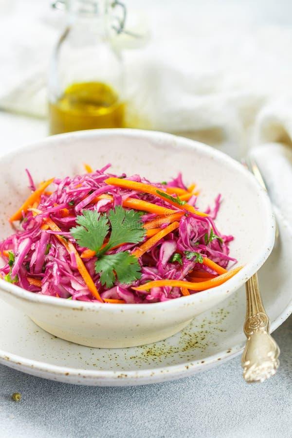 Salade de choux rouge avec des carottes, des herbes et l'huile d'olive images libres de droits