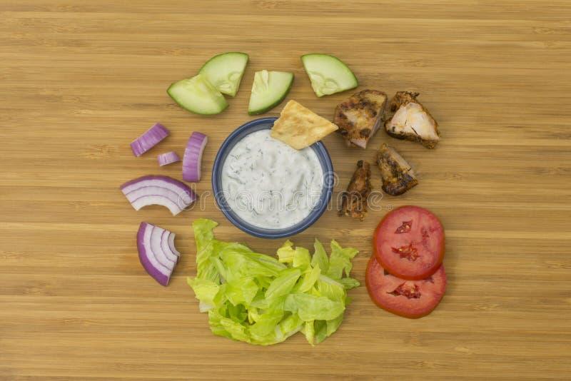 Salade de compas gyroscopique de poulet avec des ingrédients de sauce à Tzatziki image libre de droits