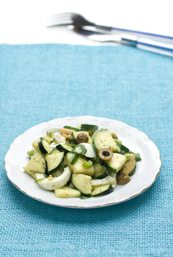 Salade de courgette avec l'oeuf et les olives photographie stock libre de droits