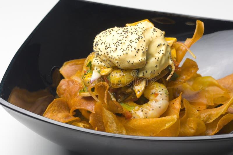 Salade de crevette avec les bandes croustillantes du plantain frit photographie stock