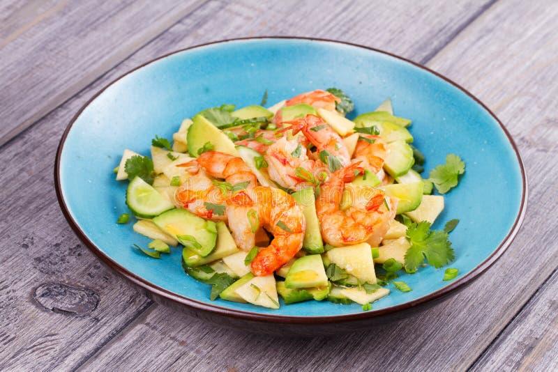 Salade de crevette, d'avocat, d'Apple et d'oignon photo libre de droits