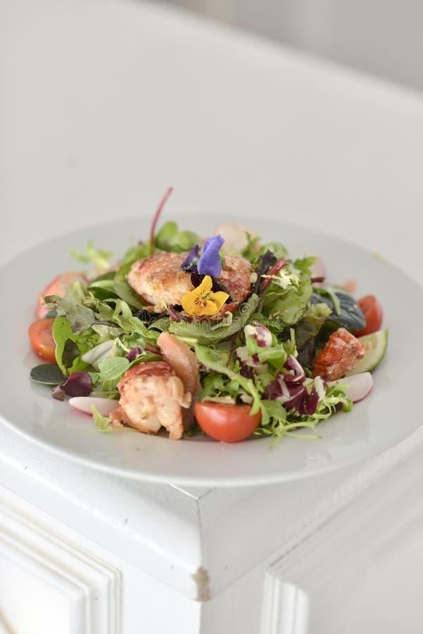 Salade de crevette rose avec les fleurs comestibles photos stock