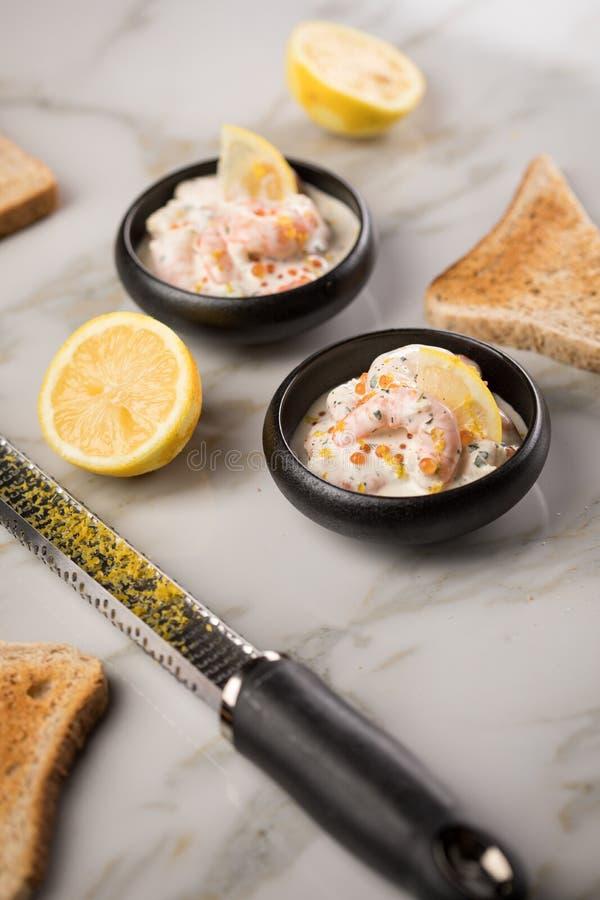Salade de crevettes de crevette rose de roi avec les oeufs saumon?s oranges de caviar de Keta, les herbes, le zeste de citron, la image libre de droits