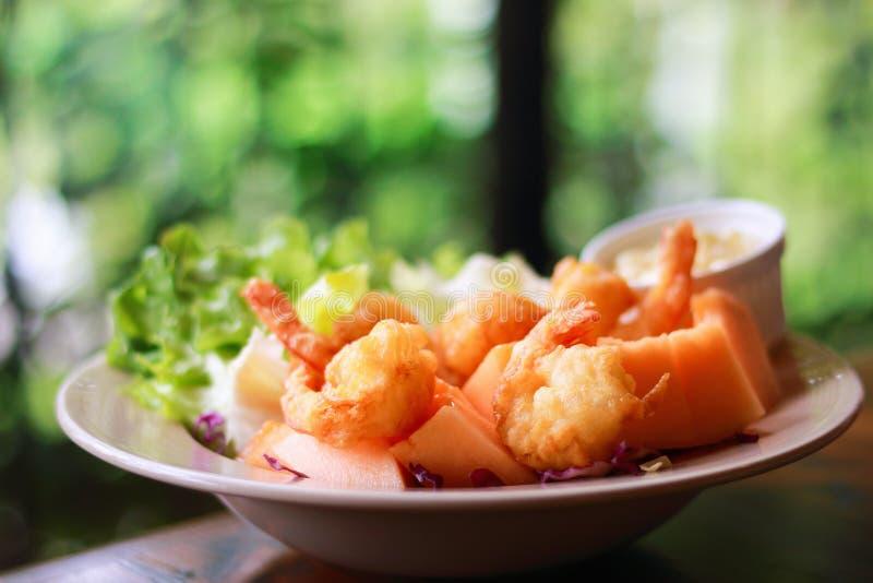 salade de crevettes roses de Fred sur la table avec le fond naturel de tache floue photographie stock libre de droits